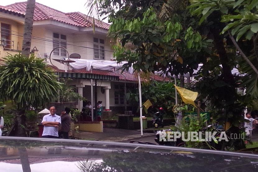 Pelayat mulai mendatangi rumah manajer JKT48 di Perumahan River Park Blok GE. 4 No. 3 RT 002/02, Jurang Mangu Barat, Pondok Aren, Tangerang Selatan, Rabu (22/3) siang.