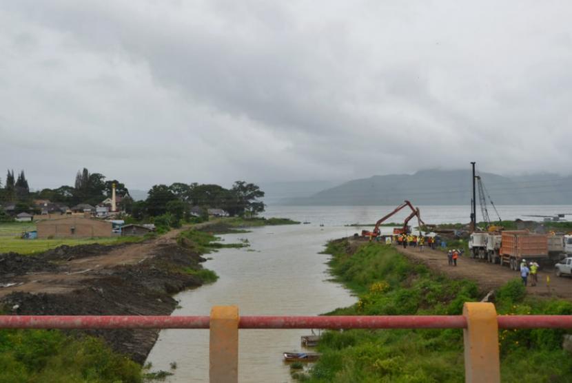 Pelebaran alur Tano Ponggol di Danau Toba Kabupaten Samosir menjadi 80 meter dari 25 meter.