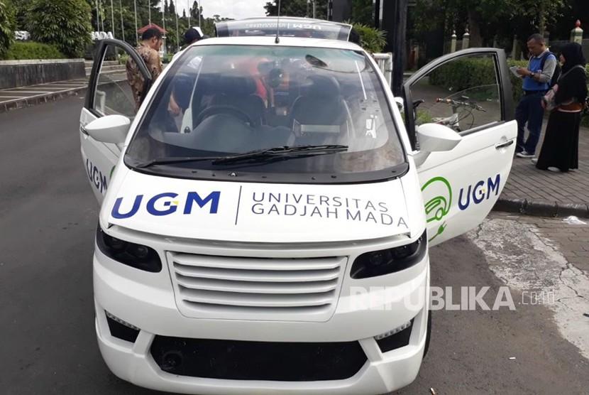 Pelepasan parade kendaraan listrik Fakultas Teknik Universitas Gadjah Mada (UGM) di Bundaran UGM, Ahad (18/2).  Parade terdiri 9 kendaraan seperti mobil, motor, becak, sepeda, dan dilepas Rektor UGM dan Dekan Fakultas Teknik UGM.