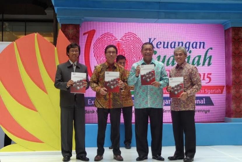 Peluncuran buku kodifikasi produk keuangan syariah di Keuangan Syariah Fair 2015