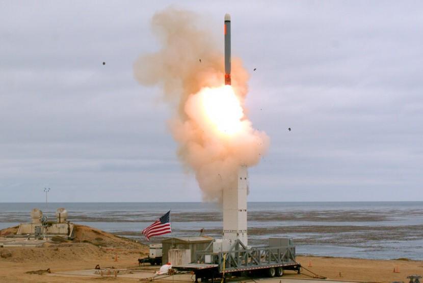 Peluncuran rudal jelajah darat yang dikonfigurasikan secara konvensional di Pulau San Nicolas di lepas pantai Kalifornia, Ahad (18/8). Pentagon mengatakan militer AS melakukan uji coba terhadap jenis rudal yang dilarang selama lebih dari 30 tahun.