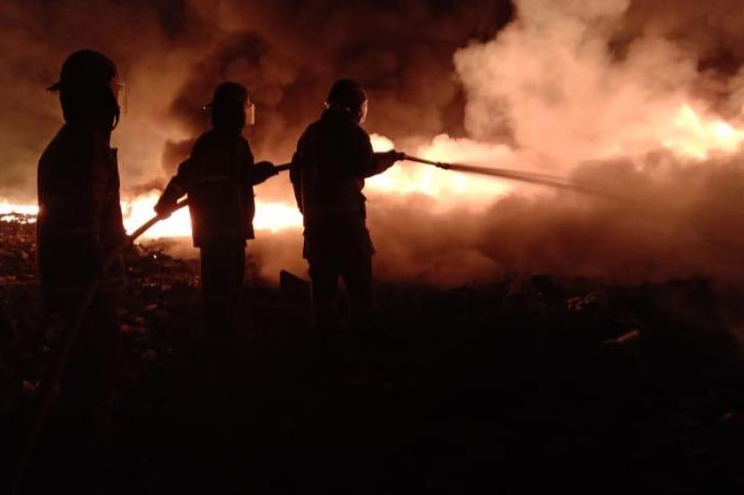 Pemadam Kebakaran Sektor Cileungsi saat memadamkan api. (Ilustrasi)