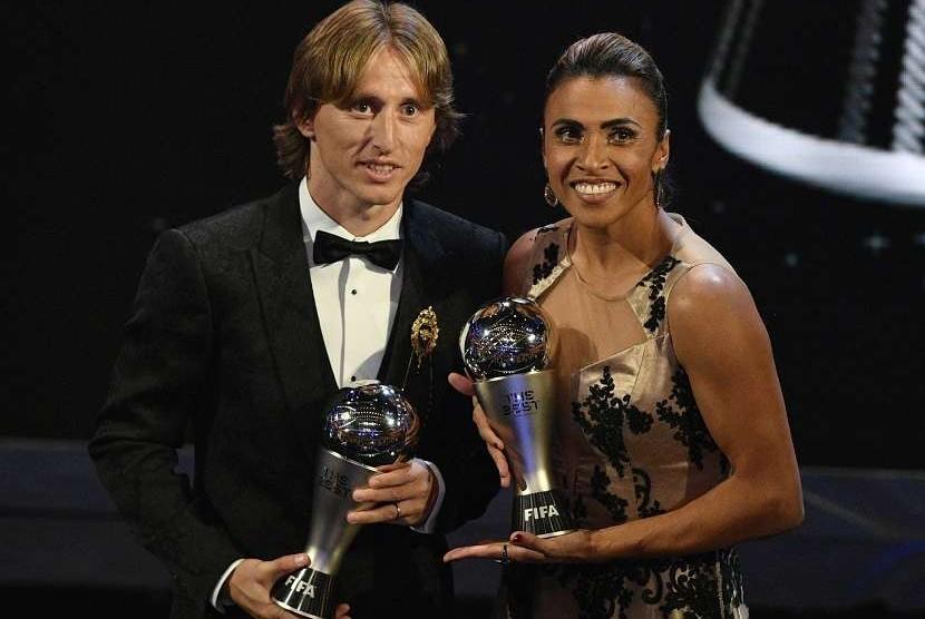 Pemaim Real Madrid, Luka Modric (kiri) sebagai Pemain Terbaik Pria dan pesepakbola internasional Brasil, Marta yang dianugerahi penghargaan Pemain Terbaik Wanita dalam the Best FIFA Football Awards 2018