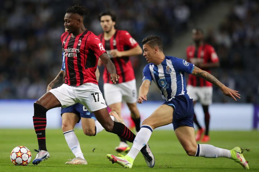 Pemain AC Milan berebut bola dengan pemain Porto pada pertandingan lanjutan Liga Champions, Rabu (20/10) dini hari WIB