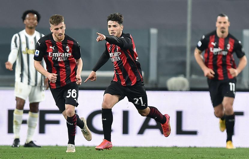 Pemain AC Milan Brahim Diaz (tengah) usai mencetak gol ke gawang Juventus.
