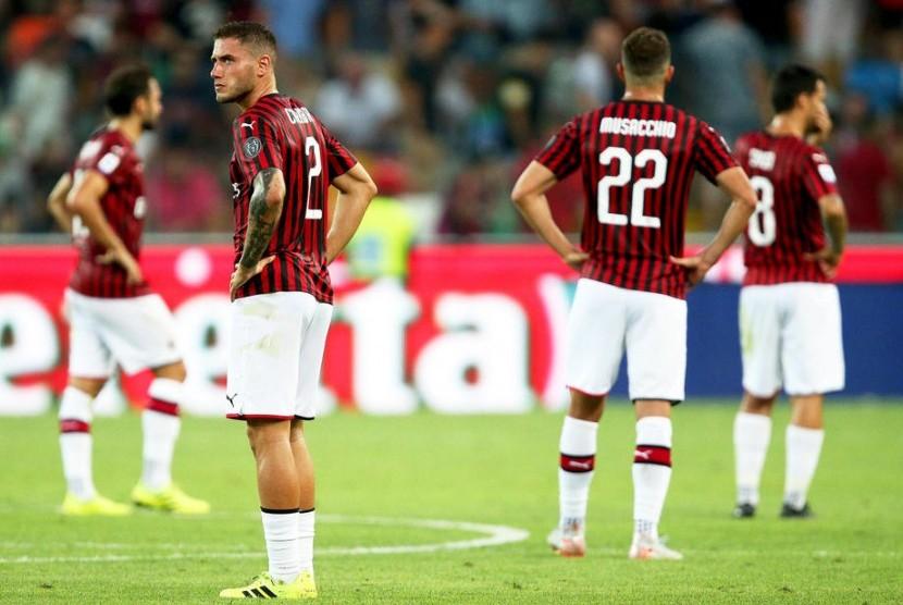 Pemain AC Milan Davide Calabria (kedua dari kiri) dan rekan-rekannya menunjukkan kekecewaan mereka setelah menelan kekalahan melawan Udinese pada pertandingan sepak bola Serie A Italia di Udine, Italia, 25 Agustus 2019.