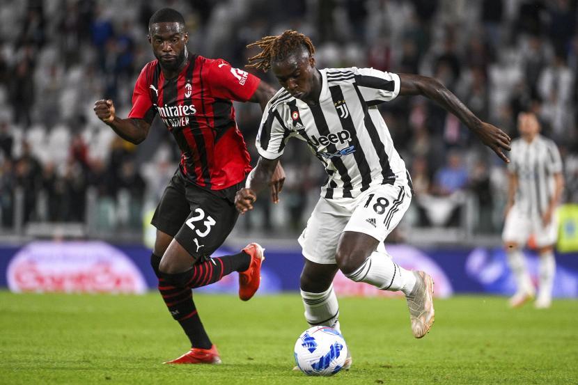 Pemain AC Milan Fikayo Tomori (kiri) dan pemain Juventus Moise Kean bersaing memperebutkan bola dalam pertandingan sepak bola Serie A antara Juventus dan AC Milan, di stadion Turin Allianz, Italia, Ahad (19/9/2021).