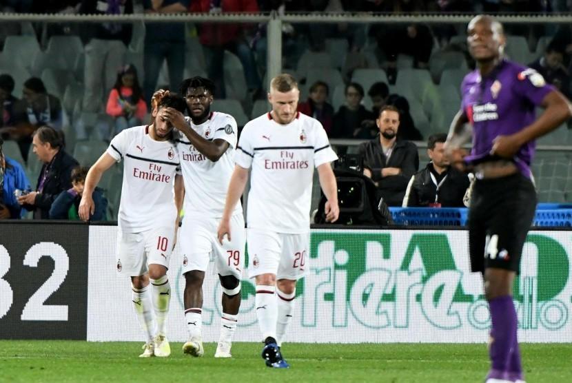 Pemain AC Milan Hakan Calhanoglu (kiri) usai menjebol gawang Fiorentina.