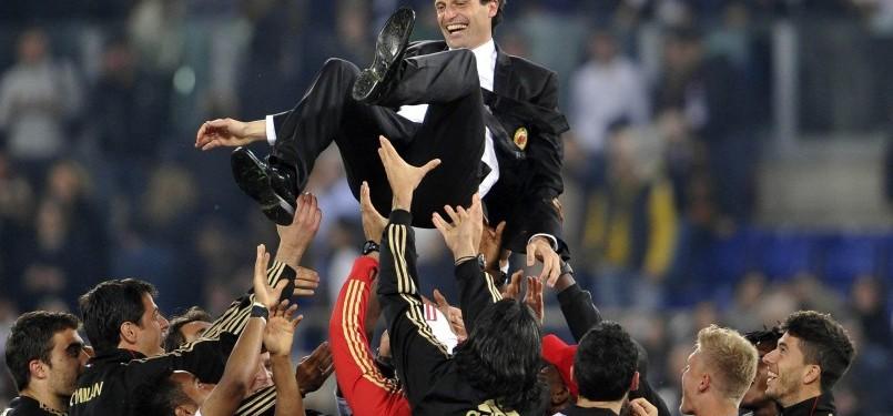 Pemain AC Milan melempar pelatih Massimiliano Allegri ke udara usai memastikan gelar scudetto musim ini.