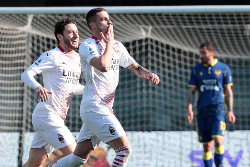 Pemain AC Milan Rade Krunic (tengah) merayakan golnya ke gawang Hellas Verona di Stadion Marcantonio Bentegodi Ahad (7/3).