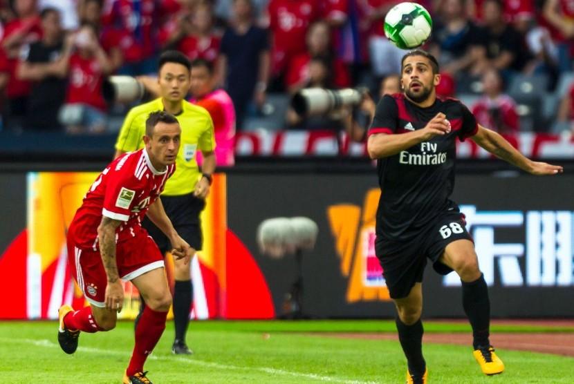 Pemain AC Milan Ricardo Rodriguez (kanan) ketika mengejar bola dengan Rafinha (kiri) dari Bayern Muenchen pada pertandingan persahabatan, 22 Juli 2017.