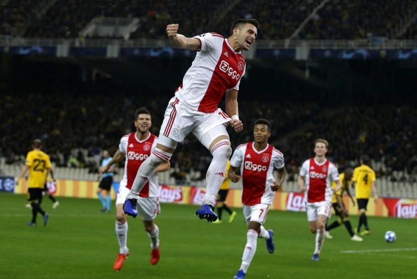 Pemain Ajax, Dusan Tadic, melompat merayakan golnya ke gawang AEK Athena.