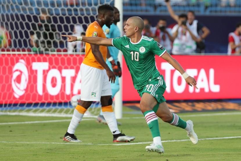 Pemain Aljazair Sofiane Feghouli merayakan golnya ke gawang Pantai Gading di perempat final Piala Afrika 2019.