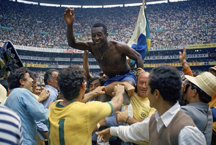 Pemain andalan Brasil, Pele, diarak rekan setimnya saat merayakan keberhasilan mereka meraih juara Piala Dunia 1970 dengan mengalahkan Italia 4-1 di partai final.