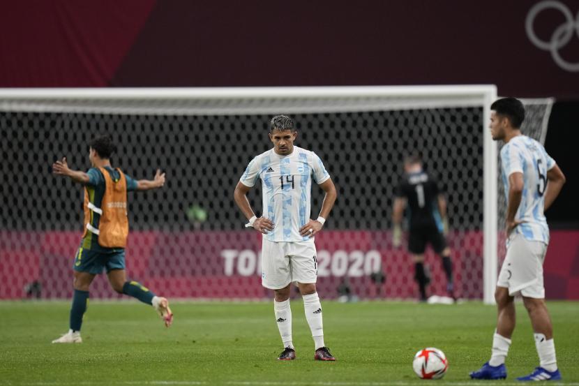 Pemain Argentina Facundo Medina melihat ke bawah setelah kalah 0-2 melawan Australia dalam pertandingan sepak bola putra di Olimpiade Musim Panas 2020, Kamis, 22 Juli 2021, di Sapporo.