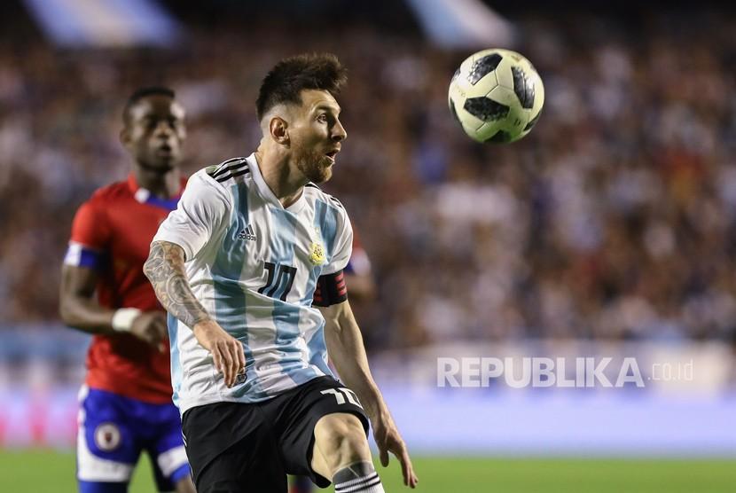 Pemain Argentina Lionel Messi beraksi selama pertandingan sepak bola persahabatan internasional antara Argentina dan Haiti di La Bombonera Stadium di Buenos Aires, Argentina, Selasa (29 /5).
