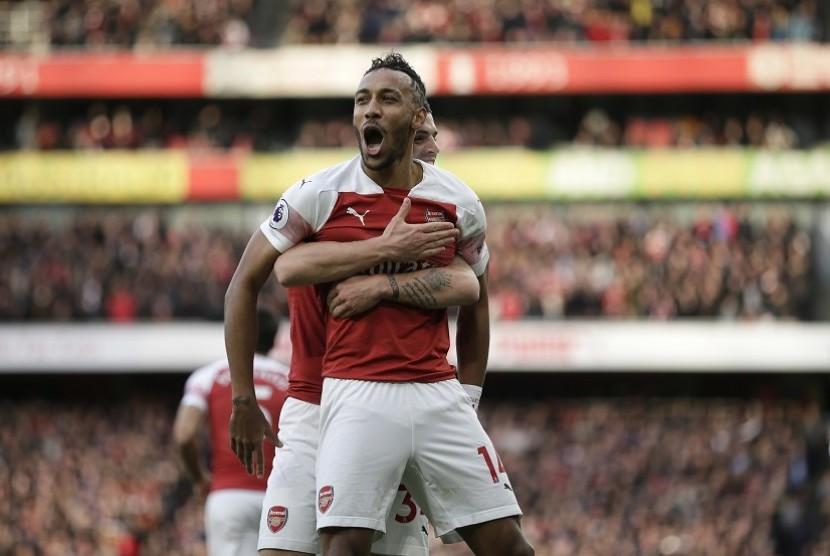 Pemain Arsenal Pierre-Emerick Aubameyang merayakan gol ke gawang Tottenham Hotspur di pekan ke-14 Liga Primer Inggris. Di pertandingan ini Arsenal menang 4-2