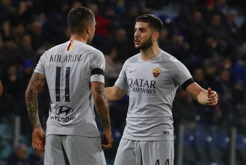 Pemain AS Roma Aleksander Kolarov (kiri) merayakan golnya ke gawang Cagliari bersama rekannya Kostas Manolas.