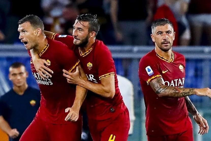 Pemain AS Roma Edin Dzeko merayakan gol ke gawang Genoa