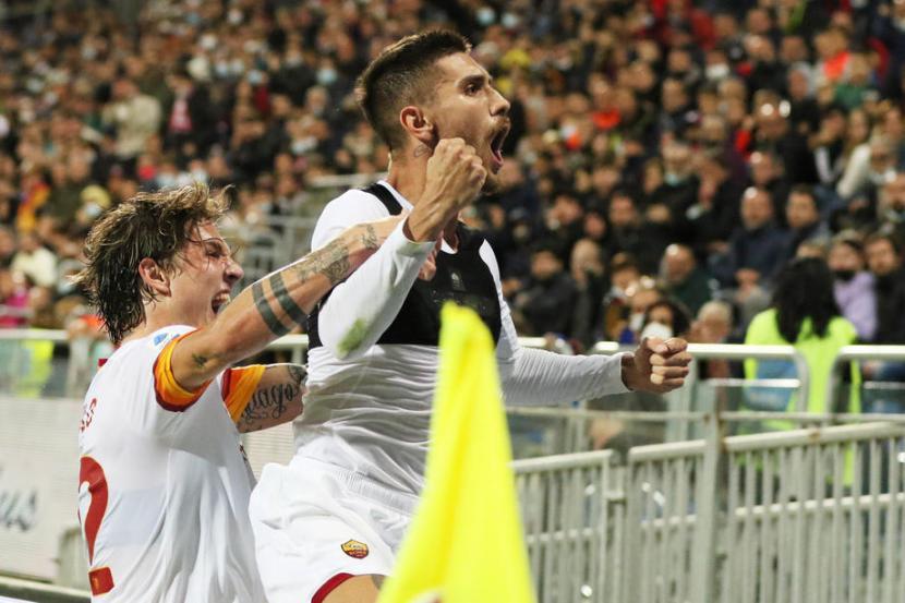 Pemain AS Roma Lorenzo Pellegrini merayakan gol ke gawang Cagliari.