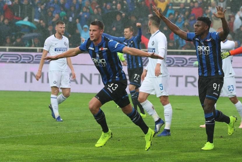 Pemain Atalanta Hand Hateboer merayakan gol ke gawang Inter Milan dalam lanjutan Serie A di Bergamo, Italia, Ahad (11/11)