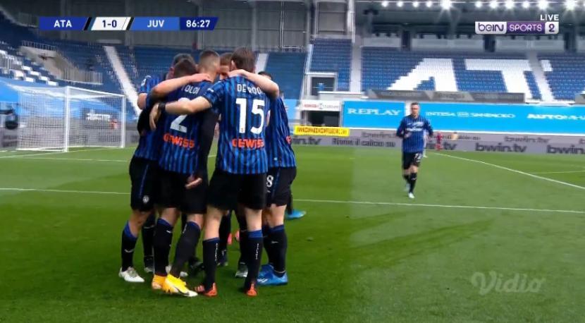 Pemain Atalanta merayakan gol yang diciptakan Ruslan Malinovsky ke gawang Juventus. Atalanta sukses mengalahkan Juventus 1-0 dalam laga lanjutan Liga Italia, Ahad (18/4).
