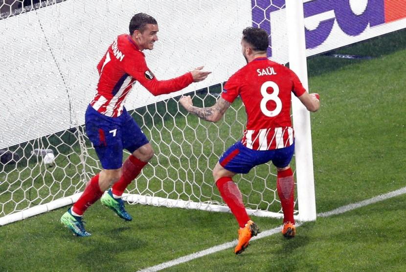 Pemain Atletico Antoine Griezman (kanan) merayakan golnya dengan rekannya Saul Niguez dalam pertandingan Liga Eropa melawan Marseille di Lyon, Prancis, (17/5).