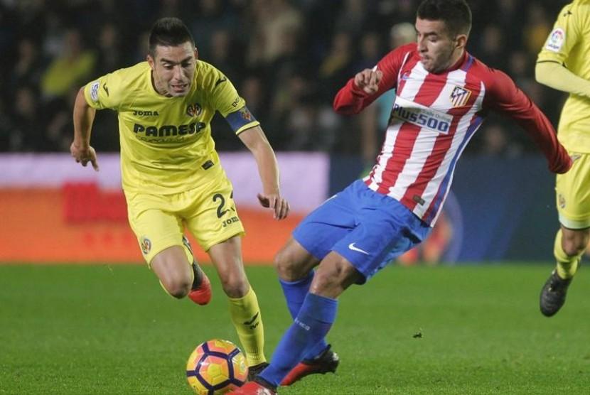 Pemain Atletico Madrid Angel Correa (kanan) dijaga oleh kapten Villarreal Bruno Soriano dalam pertandingan La Liga, Selasa (13/12) dini hari WIB.