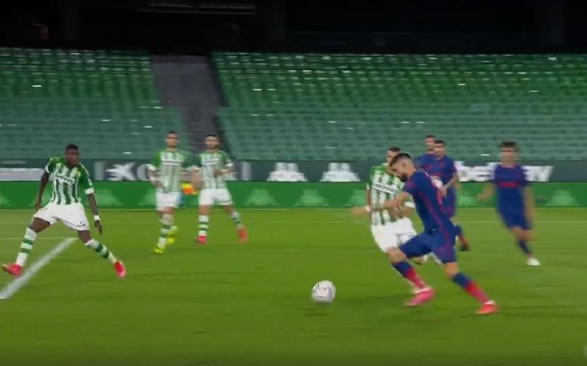 Pemain Atletico Madrid Carrasco melepaskan tendangan ke gawang Real Betis, dalam laga lanjutan Liga Spanyol, Senin (12/4) dini hari WIB.