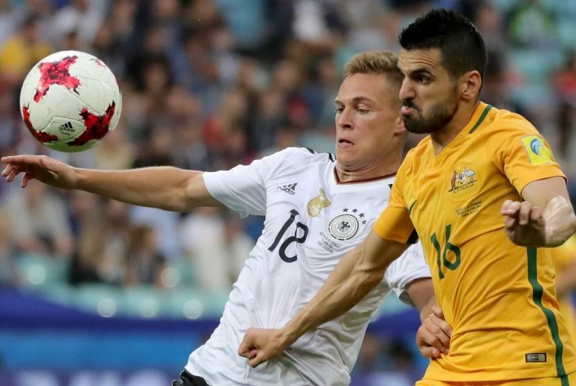 Pemain Australi, Aziz Behich (kanan) berebut bola dengan pemain Jerman, Joshua Kimmich pada laga penyisihan Piala Konfederasi 2017 di Sochi, Rusia, Selasa (20/6) dini hari WIB. Jerman menang 3-2.
