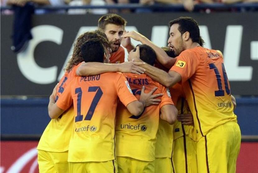 Pemain Barcelona melakukan selebrasi usai membobol gawang Osasuna di laga La Liga di Stadion Reyno de Navarra, Pamplona, pada Sabtu (26/8).
