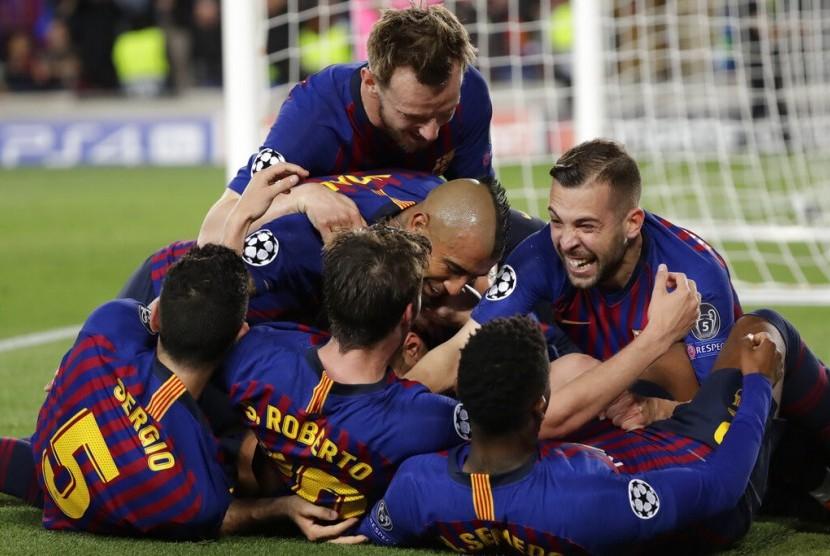 Pemain Barcelona merayakan kemenangan dalam leg pertama semifinal Liga Champion lawan Liverpool di Stadion Camp Nou, Barcelona, Spanyol, Rabu (1/5).