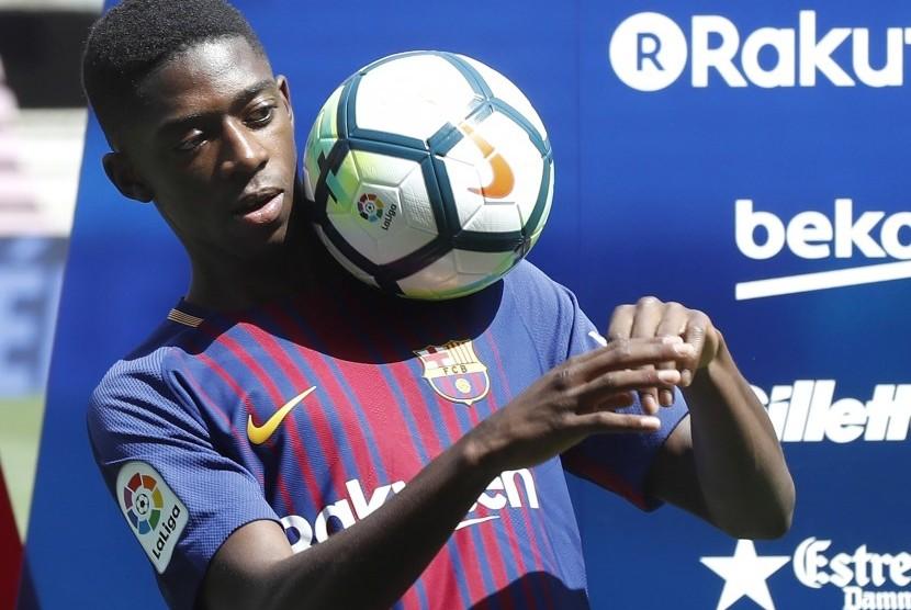 Pemain baru Barcelona, Ousmane Dembele saat diperkenalkan di Camp Nou, Senin (28/8).