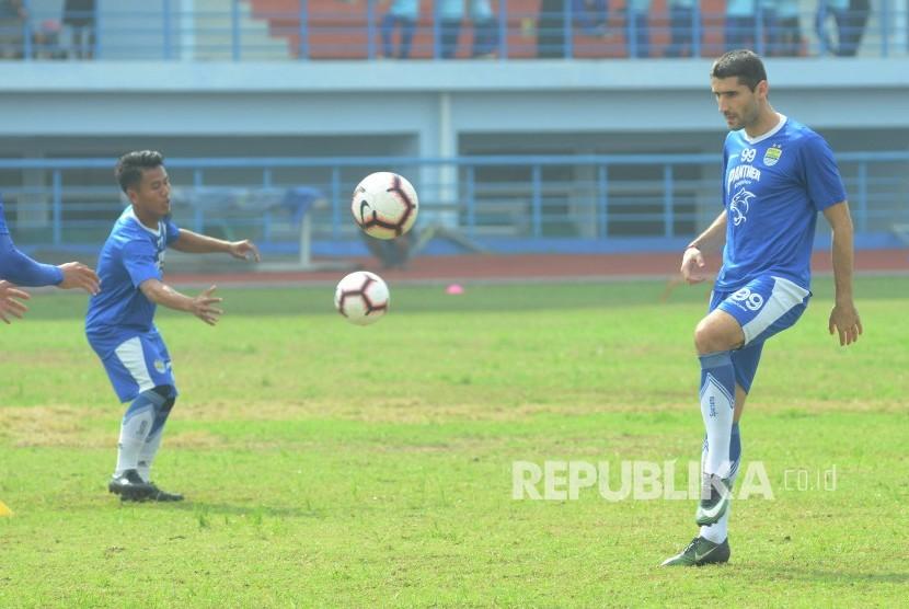 Pemain baru Persib, Srdan Lopicic melakukan latihan perdana, di Stadion Sport Jabar Arcamanik, Kota Bandung, Senin (14/1).
