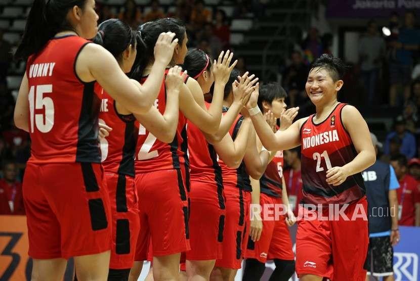 Pemain Basket Indonesia Nathania Claresta Orville menyambut lambaian tangan rekan setimnya. (ilustrasi)