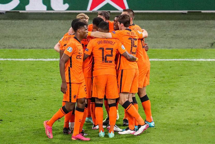 Pemain Belanda merayakan gol mereka ke gawang Ukraina dalam laga Grup C, di Amsterdam, Senin (14/6) dini hari WIB.