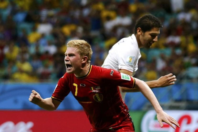 Pemain Belgia, Kevin De Bruyne (kiri), berlari merayakan golnya ke gawang Amerika Serikat di laga babak 16 besar Piala Dunia 2014 Brasil di Arena Fonte Nova, Salvador, Selasa (1/7).