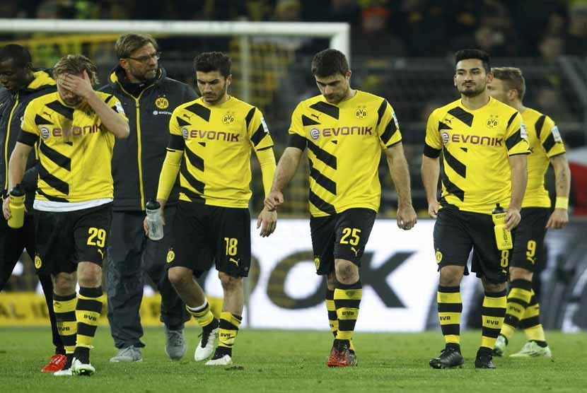 Pemain Borussia Dortmund tertunduk lesu meninggalkan lapangan usai menelan kekalahan dari Augsburg dalam laga Bundesliga Jerman di Dortmund pada Rabu (4/2).