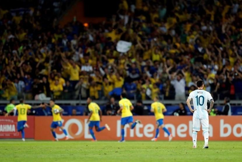 Pemain Brasil merayakan kemenangan disaksikan bintang Argentina Lionel Messi