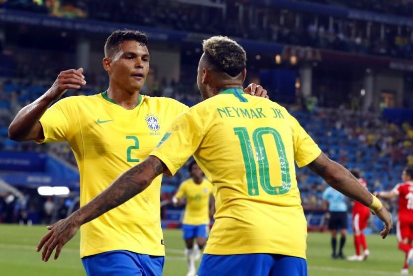 Pemain Brasil Thiago Silva (kiri) merayakan gol kedua timnya bersama Neymar, Kamis (28/6).
