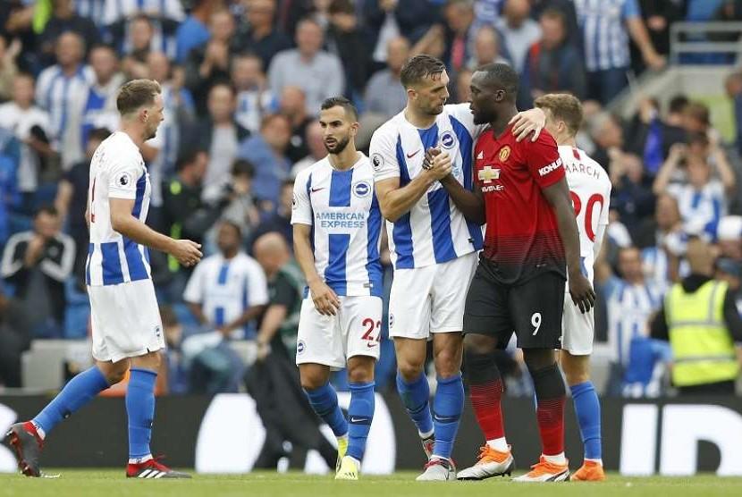 Pemain Brighton Shane Duffy (tiga dari kiri), menyalami pemain Manchester United Romelu Lukaku dalam pertandingan Liga Primer Inggris antara Brighton and Hove Albion dan Manchester United di Amex Stadium di Brighton, Inggris, Ahad (19/8/2018). Brighton menang 3-2 dalam pertandingan ini.
