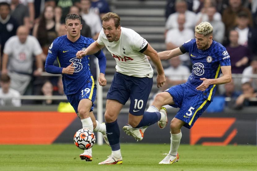 Pemain Chelsea Jorginho, kanan, mencoba menghentikan pemain Tottenham Harry Kane selama pertandingan sepak bola Liga Premier Inggris antara Tottenham Hotspur dan Chelsea di Stadion Tottenham Hotspur di London, Inggris, Minggu, 19 September 2021.