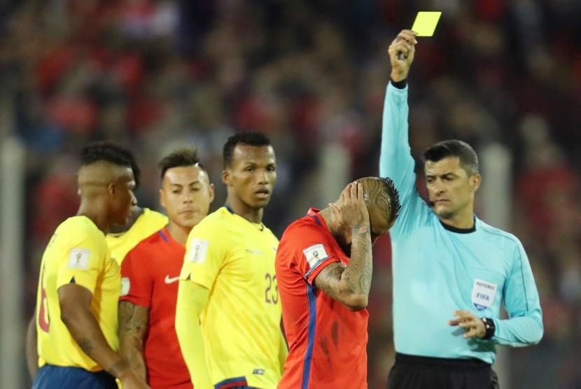 Pemain Cile Arturo Vidal (kedua dari kanan) ketika menerima kartu kuning ketika menghadapi Ekuador pada kualifikasi Piala Dunia 2018 Zona CONMEBOL di Stadion Monumental, Santiago, Cile, Jumat (6/10) dini hari WIB. Cile menang 2-1.