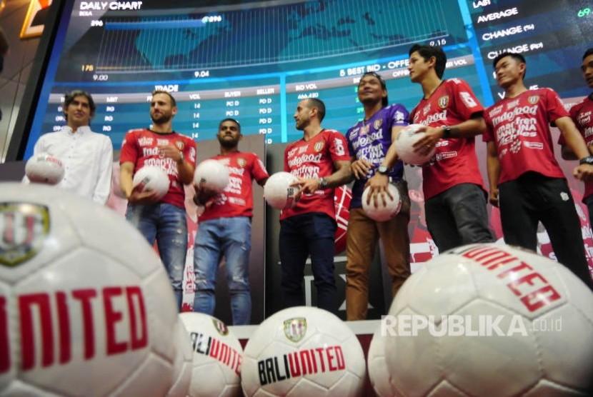 Pemain dan pelatih Bali United di sela listing saham PT Bali Bintang Sejahtera Tbk di BEI Jakarta, Senin (17/6).