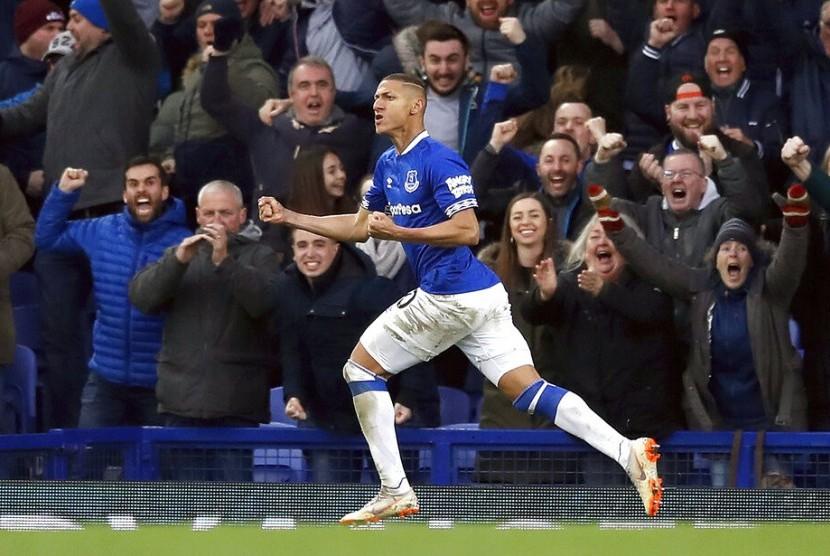 Pemain Everton Richarlison merayakan gol ke gawang Chelsea.