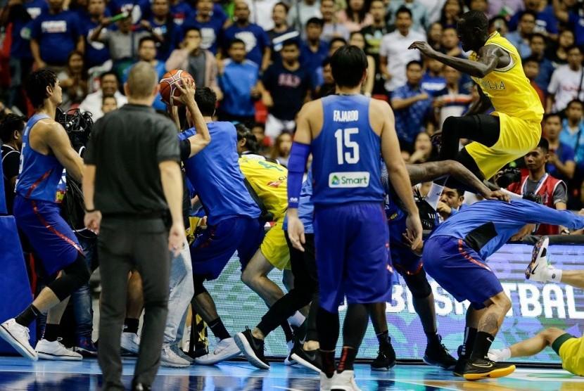 Pemain Filipina (biru) saat terlibat keributan dengan pemain Australia pada kualifikasi Piala Dunia FIBA 2019.