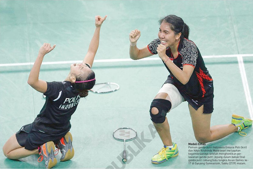 Pemain ganda putri Indonesia, Greysia Polli(kiri)dan Nitya Krishinda Maheswari meluapkan kegembiraannya setelah