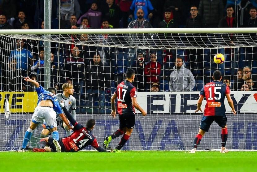 Pemain Genoa Davide Biraschi (ketiga kiri) mencetak gol bunuh diri yang membuat Napoli memenangkan pertandingan dengan skor 2-1.