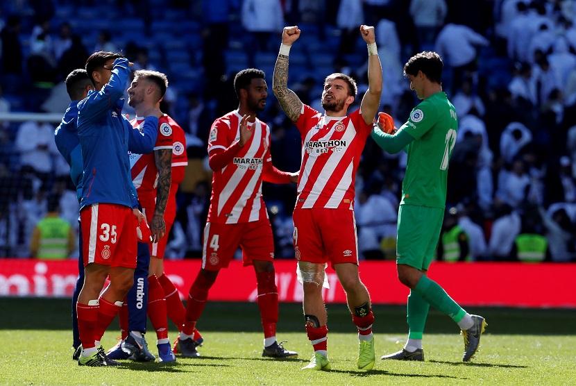 Pemain Girona merayakan kemenangan melawan Real Madrid dalam ajang La Liga Primera Division, Bernabeu Stadium di Madrid, Ahad (17/2)