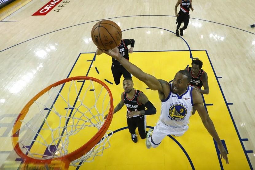 Pemain Golden State Warriors Andre Iguodala memasukkan bola saat menghadapi Portland Trail Blazers.
